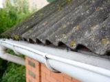 Garder le revêtement de votre toiture en bon état grâce au démoussage